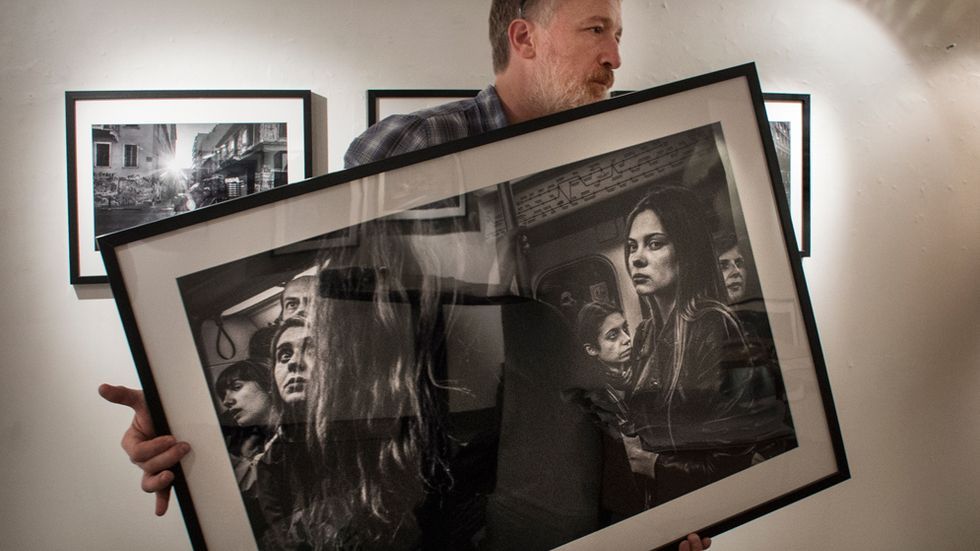 Staffan Löwstedt hänger sin utställning Shasing shadows på Galleri Kontrast i Stockholm