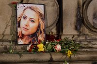 Viktoria Marinovas porträtt vid en minnesplats i Ruse.
