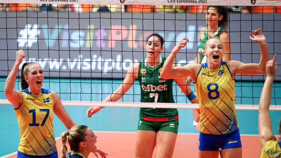 Sveriges volleybolldamer jublar under EM-åttondelsfinalen mot Bulgarien.