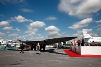 Frankrikes president Emmanuel Macron fanns med bland gästerna på en flygmässa i Paris, där en modell av det framtida europeiska stridsflygplanet fanns att titta på.