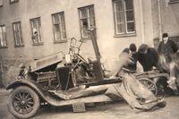 Bilen sprängs vid Pipersgatan 14 och över 2 000 fönsterrutor krossas på husen intill. Sixten avlider, men chauffören Bror Strömberg överlever mirakulöst. Lyssna på podcasten om gatan och om detta drama.