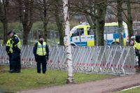 Polisen lägger taggtråd runt hotellet i Lund där SD:s landsdagarna hålls.