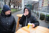 Gabriela Marder och Isabelle Schiefer klagar över den höga utlänningsandelen i arbetardistriktet Simmering i Wien.