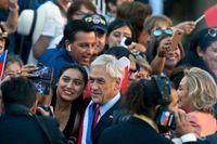 Sebastián Piñera poserar med en anhängare.