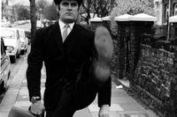 """Monty Python-sketchen """"The Ministry of Silly Walks"""" visar John Cleese prov på olika fantasifulla gångstilar. Vad heter hans karaktär i sketchen?"""