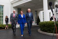 Demokraterna Steny Hoyer, Nancy Pelosi och Chuck Schumer vid en pressträff utanför Vita huset efter det famösa mötet.