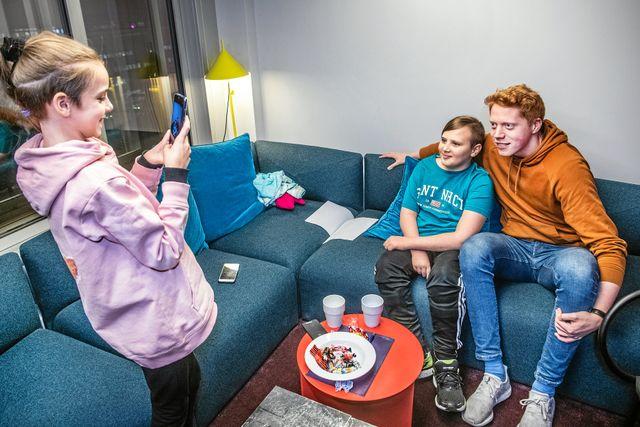 """I kompisarnas favoritavsnitt prövar Mauri att äta som Sveriges starkaste man under en dag. """"Så mycket mat vill jag aldrig äta igen"""", säger Mauri. Foto: Tomas Oneborg"""