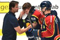 Tobias Ekberg förs av isen efter att ha täckt ett skott med örat.