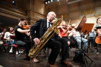 Den brittiske författaren Alexander McCall Smith är också en av grundarna till The Really Terrible Orchestra som i Stockholm spelade tillsammans med elever på Lilla Akademien.