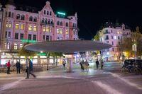 Stureplan i centrala Stockholm med regnskyddet Svampen närmast, på natten.