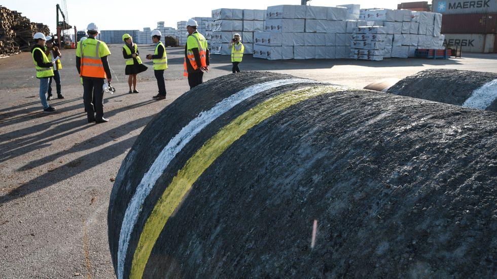Två rör av den typ som kommer att användas till Nordstream 2 visades upp i Karlshamns hamn förra året. Arkivbild.
