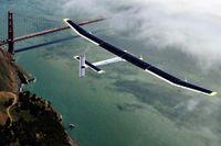 Solar Impulse II över San Francisco. Planet har ett vingspann på 72 meter – mer än en jumbojet – men väger bara 2,3 ton. Foto: TT
