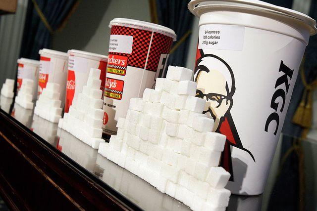 Vid en presskonferens visade borgmästaren i New York upp hur mycket socker varje mugg med läsk innehåller.