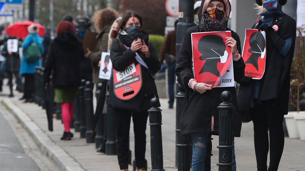 Aktivister i Warszawa som protesterar mot förslaget att skärpa abortlagstiftningen. Arkivbild.