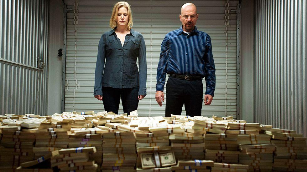 Makarna Skyler och Walter White tittar på en rejäl hög med pengar.