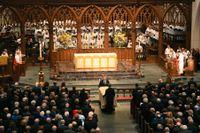 Barbara Bushs kista förs in i kyrkan St. Martins i Houston.