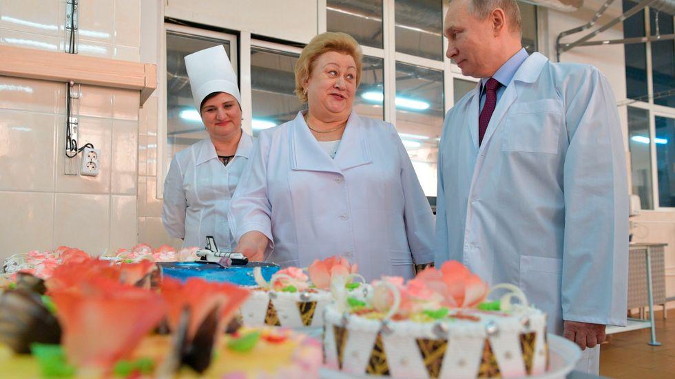 Rysslands president Vladimir Putin besöker ett bageri på internationella kvinnodagen.