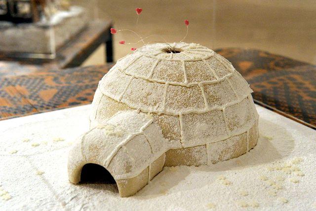 """Glöm de fyrkantiga husen! Bygg en egen igloo istället! Denna skapelse tävlade i Arkitekturmuseets årliga pepparkakshusutställning 2010 med temat """"Jag är hemma nu"""""""