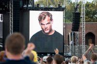 I veckan hålls en hyllningskonsert till Tim Bergling, känd som Avicii. Bilden är tagen på Summerburst 2018, då en tyst minut hölls för Bergling. Dagens debattörer vill se en förstärkt nationell strategi för att minska självmorden i Sverige.