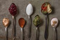 Dolda sockerkällor kan finnas i många vanliga matvaror. För den som vill begränsa sitt sockerintag är det viktigt att läsa innehållsförteckningen. En tumregel är att välja bort produkter med mer än 5 procent tillsatt socker.