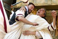 Anthony Howell som Cassius och George Irving som Julius Caesar.
