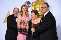 """Steve Golin, till vänster i bild, och de andra producenterna för Oscarsbelönade """"Spotlight"""" 2016. Arkivbild."""