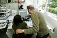 I stort sett alla över 65 får ett större grundavdrag som gäller för alla inkomster, både pensioner och arbetsinkomster. Det innebär att alla äldre får sänkt skatt men ett undantag.