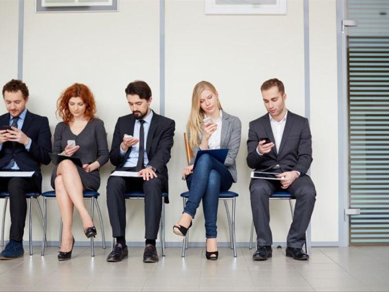 Mobiltelefonens förmåga att hålla oss fokuserade har fått forskare att likna den med en drog.
