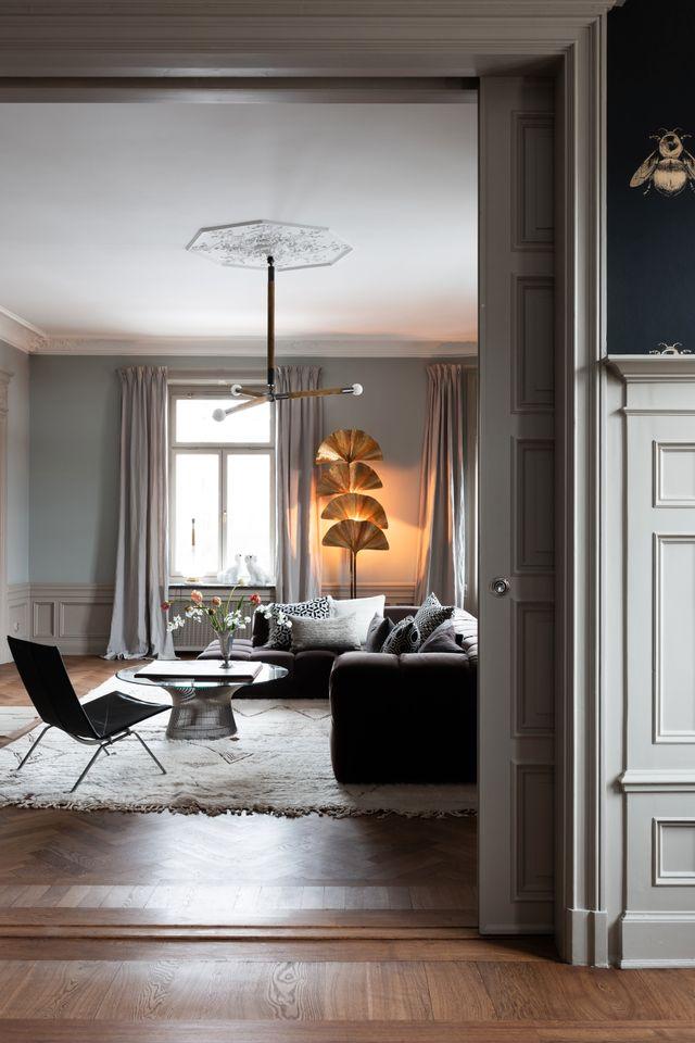 Taklampan kommer från amerikanska Apparatus och den snäckformade golvlampan från italienska Tomasso Barbi.