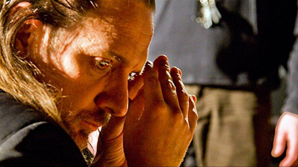 Pontus Stenshäll spelar den trötte rockartisten Carl i Ulf Lundells pjäs Backstage.