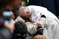 Påve Franciskus kramar om en besökare i samband med gudstjänsten på Swedbank arena.