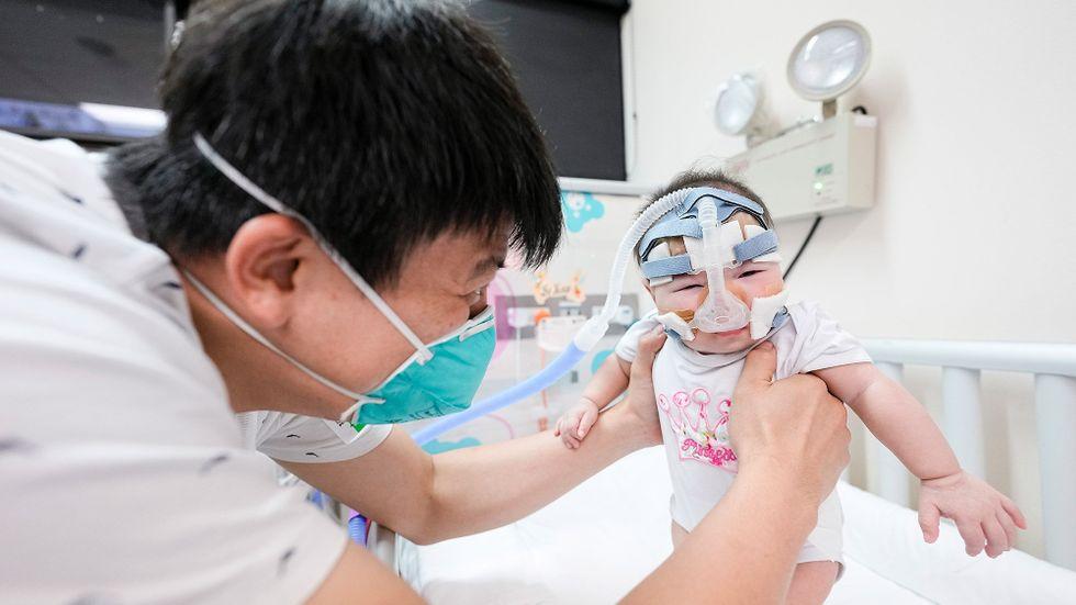 Hon behöver fortfarande vård, men Kwek Yu Zuan är numera så pass stor att hon har kunnat få åka hem från sjukhuset.