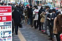 Japaner köar i centrala Tokyo för att få köpa Nintendos nya spelkonsol Switch.
