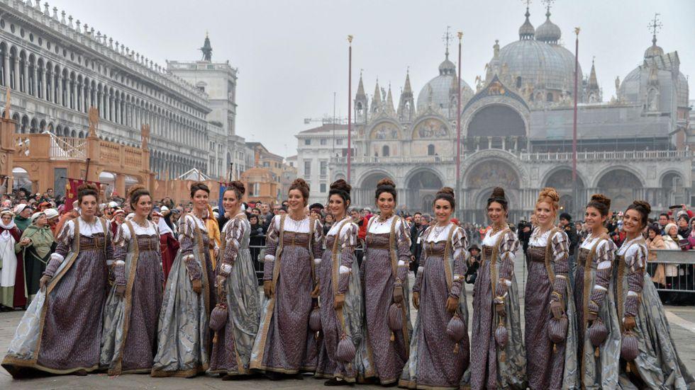 Mariaparaden under Venedigfestivalen. I detta sammanhang är visuell konformitet eftersträvansvärd. Men hur blir den intellektuella nivån på samtalet om vi alla intar samma pose?