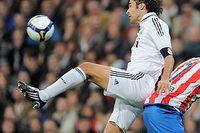Real Madrids Raul och Diego Forlan i Atletico i närkamp.