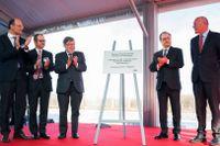 Frankrikes president François Hollande (nummer två från höger) i samband med att han håller rett tal för att inviga en ny snabbtågslinje. Under talet skjuter en säkerhetspolis ett vådaskott som skadar två personer lindrigt.