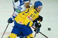 Rickard Rakell i kamp med Slovakiens Samuel Knazko i gårdagens segermatch.