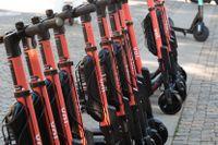Uppställda elsparkcyklar i Stockholm kommer i fortsättningen att kräva tillstånd av uthyraren.