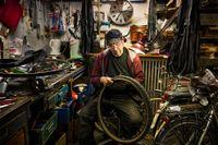 Jens Hindersson lagar ett däck i verkstaden som sparar på allt.