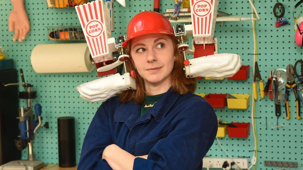"""I Sverige är Simone Giertz mest känd som """"The Queen of Shitty Robots"""" – drottningen av dåliga robotar."""