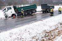 En lastbil och en personbil kolliderade i snöovädet utanför Svedala i Skåne.