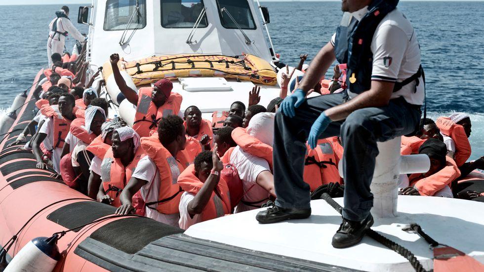 Migranterna på Aquarius kommer till Spanien under söndagen. Här på en hjälpbåt som eskorterar fartyget.