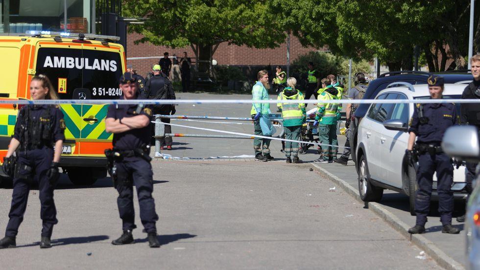 Polis på plats efter skottlossningen i Hjällbo i slutet på maj. Arkivbild.