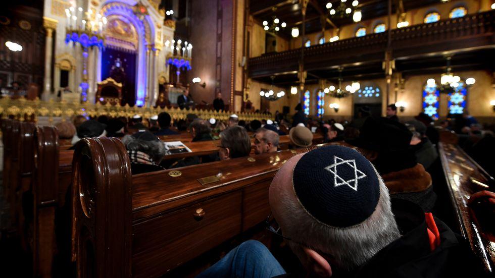 En minnesceremoni i en synagoga i Budapest, Ungern. Arkivbild.