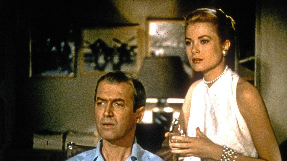 """James Stewart och Grace Kelly i """"Fönstret åt gården"""". AJ Finns nya kriminalroman har klara paralleller med Alfred Hitchcocks klassiska film."""