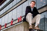 Benny Fredriksson poserar framför Stadsteaterns skylt i samband med att han blir teaterchef 2002.
