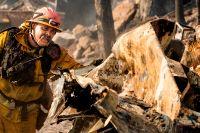 Brandmannen Jesse Viescas söker igenom nerbrunna hus i Clearlake, Kalifonien.