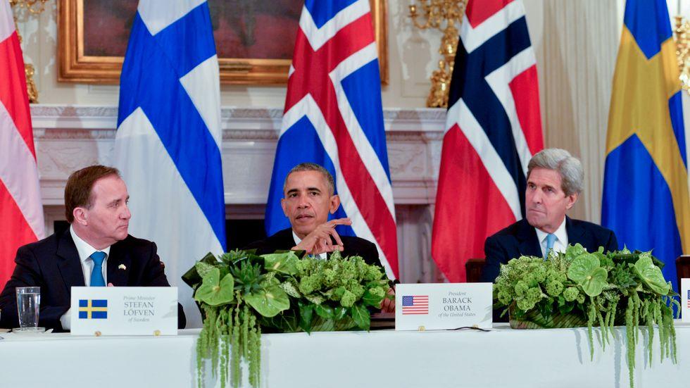 Barack Obama har en del att läsa Stefan Löfven. Till höger USAs utrikesminister John Kerry.