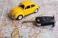 Vägen är öppen, allt verkar möjligt. Att hyra bil under semestern kan bidra till en stark frihetskänsla.