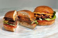 Till vänster en så kallad Impossible Burger, från företaget Impossible Foods som producerar växtbaserade köttsubstitut. Till höger en kötthamburgare. Arkivbild.